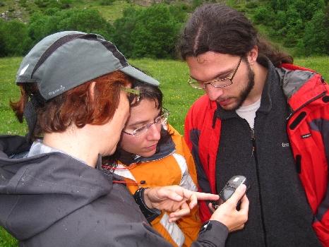 Montañeros utilizando un GPS en montaña